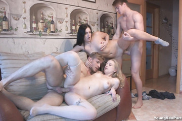 Самцы на диване оприходовали нежных подружек
