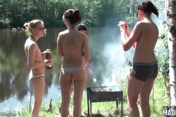 Девахи с голыми сиськами собрались побухать в лесу