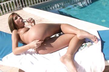 Девуля фистит анальную дырку рукой около бассейна