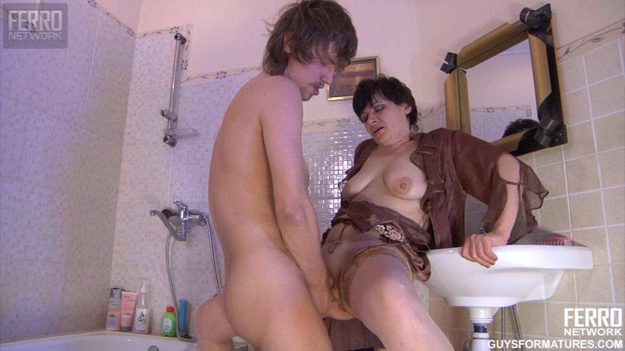 Порно парень принудил зрелую в ванной — pic 1