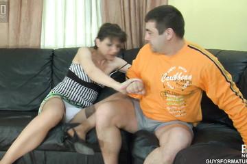 Наглый мужичок мощно накончал в киску стервозной жены после ссоры