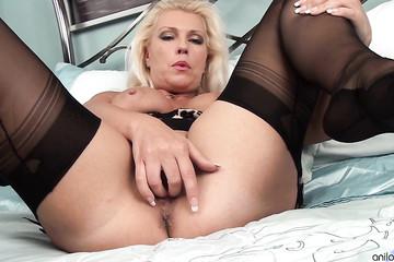 Титькастая женщина дрочит пальцами сочное влагалище в кровати