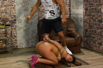 Мускулистый мачо подчиняет сексуальную толстушку жесткой поркой