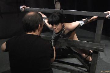 Покорная брюнетка получает желанные пытки