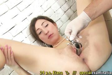 Медик помыл киску сучки и вставил в нее расширитель