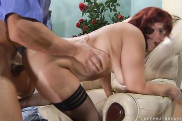 Зрелая бабенка рада сексу в анальную дырку
