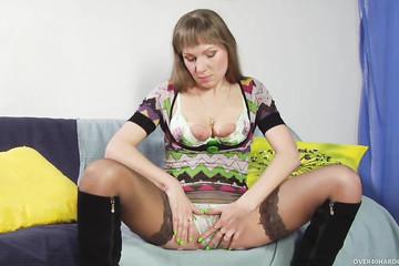 Наташа с пирсингом на клиторе прыгает бодро на члене