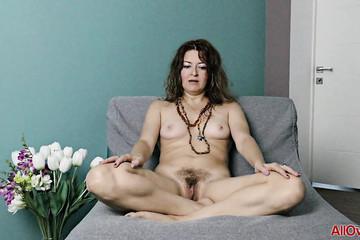 Сорокалетняя Helen Volga выставила волосатую манду