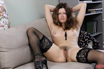Зрелка Helen Volga сбросила юбку перед камерой