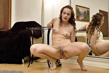 Женщина дрочит волосатую манду у зеркала