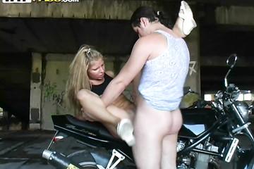 Парень на мотоцикле уговорил на секс молоденькую блонду