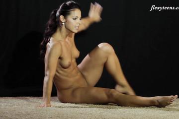 Голая девушка занимается гимнастикой