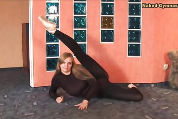 Гимнастка Катя готова снять с себя чёрный костюм