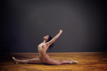 Отпадный танец от обнажённой милашки
