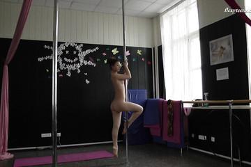 Танцовщица показала все свои умения