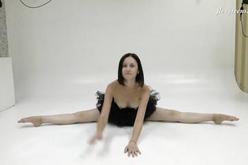 Танцующая голая балерина в черной пачке