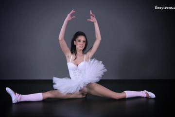 Хорошо показала бритую киску под балетной пачкой