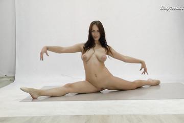 Грудастая Николь демонстрирует гибкость тела