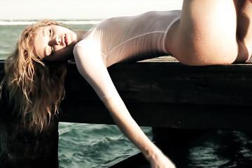 Алиса на море в прозрачном боди
