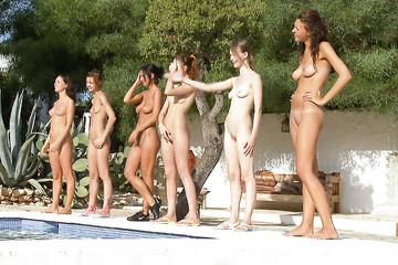 Девки у бассейна тренируются мастурбировать