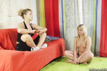 Голая блондинка делает зарядку на глазах наставницы