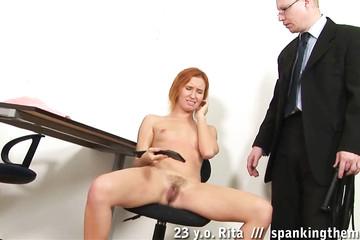 Строгий босс воспитывает рыжую сучку