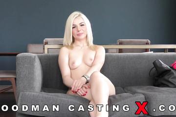 Скромная блондиночка с узенькой киской на кастинге