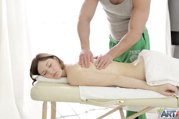 Юля быстро возбудилась от такого нежного массажа