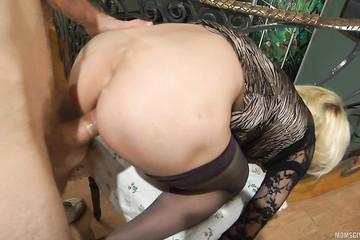 Настояла на анальном сексе в подъезде