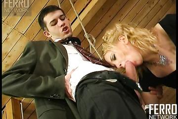 Джентльмен в костюме накинул в рот любительнице анала