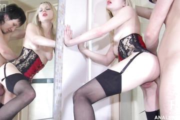 Пара практикует анальный секс, стоя у зеркала