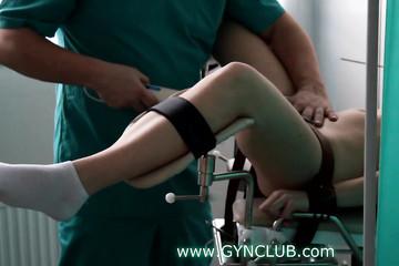 Трахну пациентку вибратором на кресле