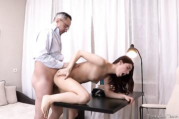 Студентка раком на столе сдает сессию требовательному преподу