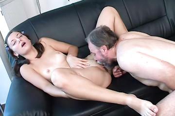 Папик забавляется со своей девкой в пукан