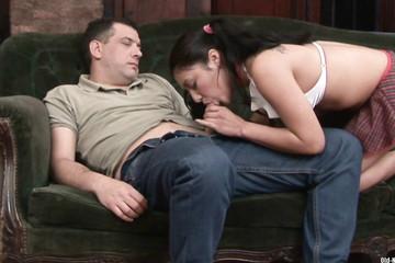 Падчерица разбудила отца ради секса