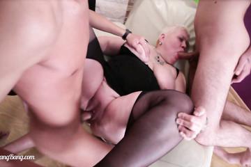 Толстую женщину дрючат впятером