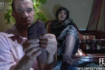 Муж не удержался от прелестных ножек жены