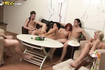 Студенты изрядно подвыпив, устроили секс вечеринку