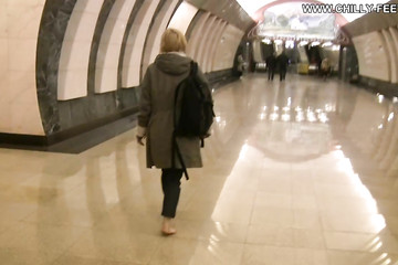 Босая мадемуазель спустилась в метро