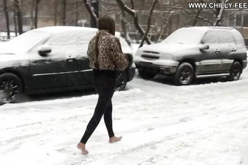 Босая Настя гуляет по зимнему городу