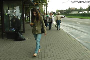Разгуливает босяком по улицам оживленного города