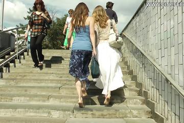 Русские барышни гуляют босяком по улицам города