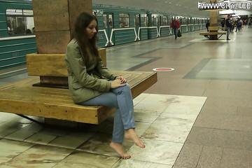 Девушка по холоду бродит босиком