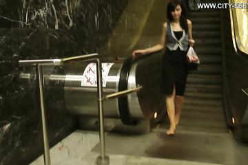 Босая прогулка по станции метро
