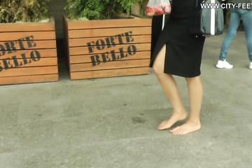 Брюнетка без обуви любит контакт с асфальтом под ногами