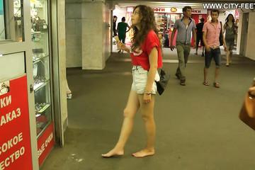 Не стесняется своих ног и ходит в метро босиком