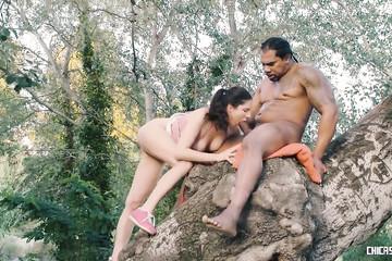 Попробовала секс на дереве с большим негром