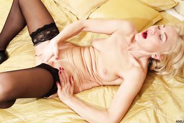 Женщина мастурбирует в чулках со швом