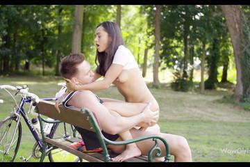 Степан посадил Машу попой на член прямо на скамейке в парке