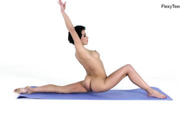 Гимнастка Лиза возбуждающее позирует на коврике